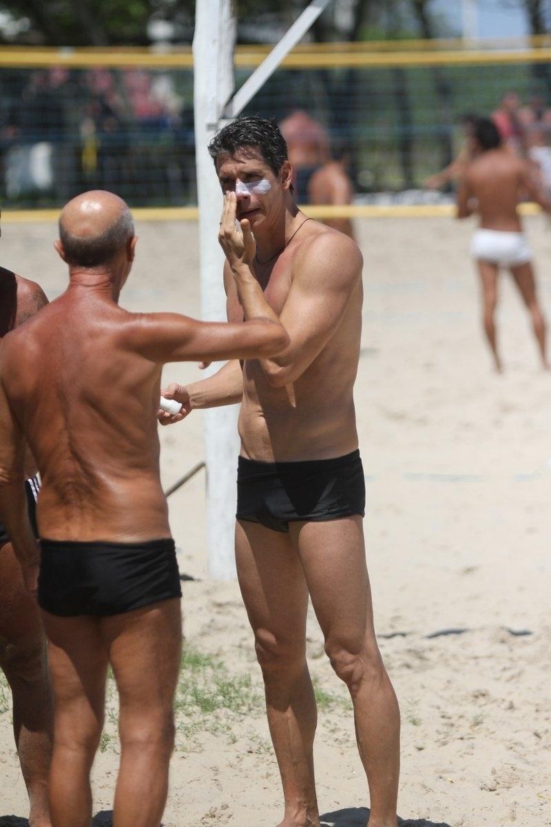 19.out.2013 - Aos 43 anos, Marcio Garcia esbanja boa forma. Na tarde deste sábado (19), o galã aproveitou o ótimo dia de sol no Rio para jogar vôlei na Praia da Barra com os amigos.
