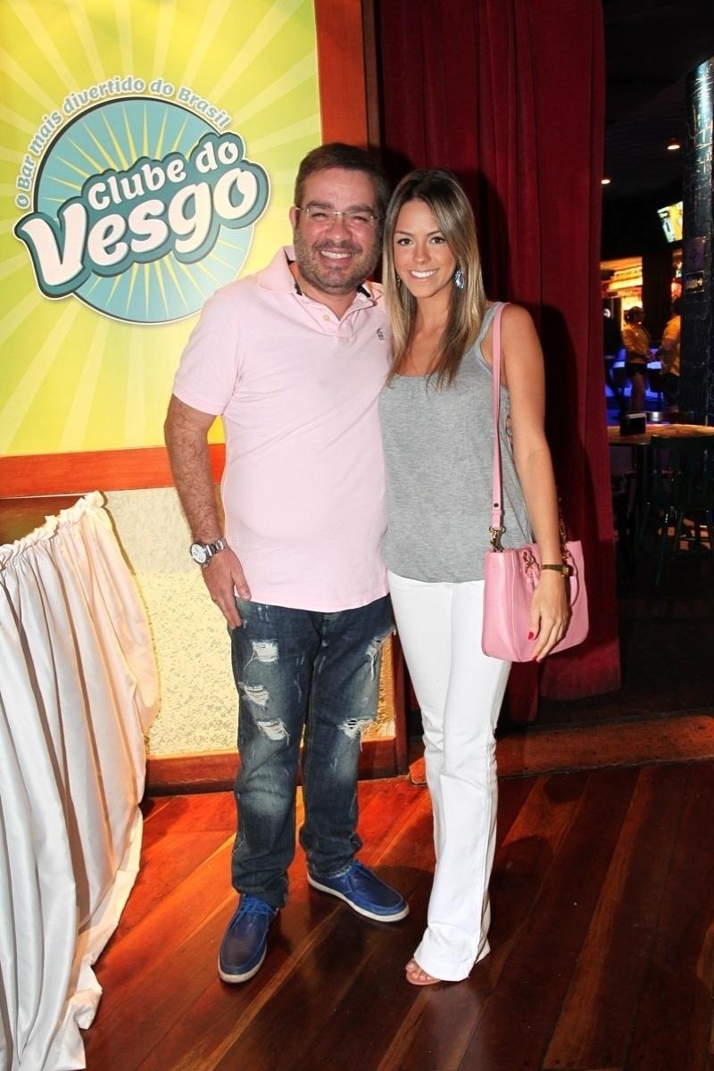 """19.out.2013 - Marcos Chiesa, o Bola do """"Pânico na Band"""", vai com a namorada à inauguração do bar Clube do Vesgo, no bairro de Pinheiros, em São Paulo"""