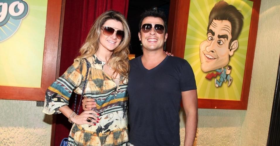 """19.out.2013 - Mirella Santos e Wellington Muniz, o Ceará do """"Pânico na Band"""", vão à inauguração do bar Clube do Vesgo, no bairro de Pinheiros, em São Paulo"""
