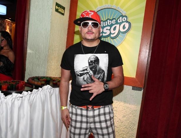 19.out.2013 - O humorista Carlinhos Silva vai à inauguração do bar Clube do Vesgo, no bairro de Pinheiros, em São Paulo