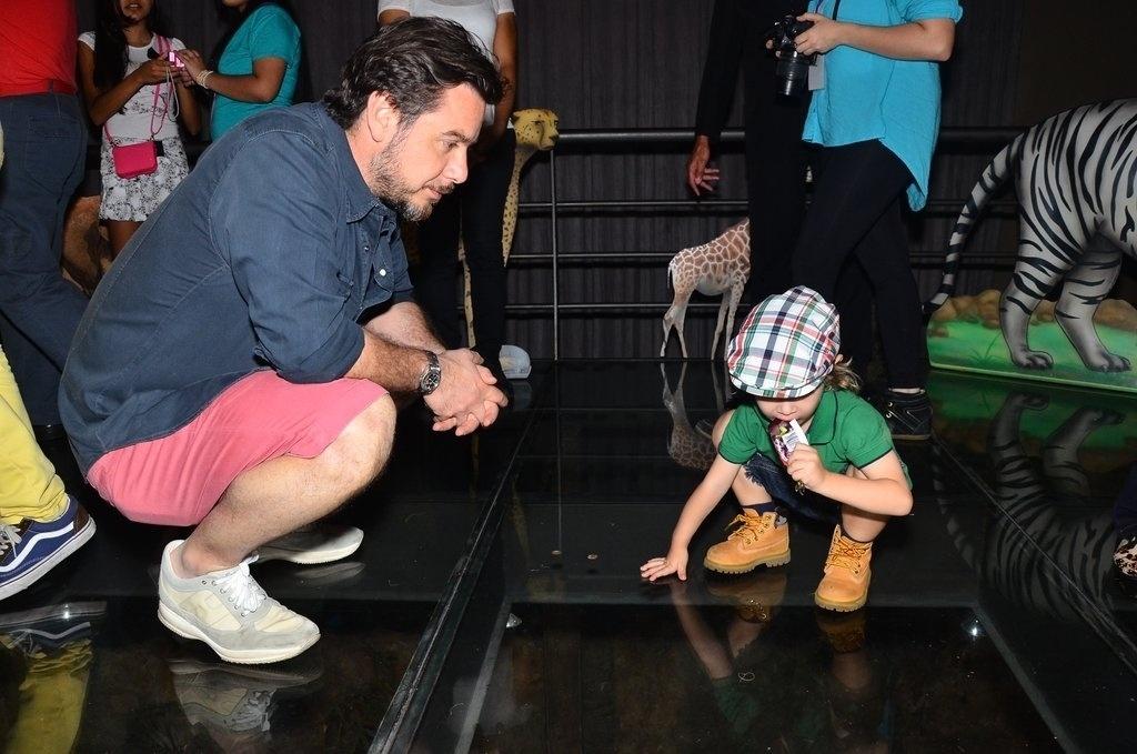 20.out.2013 - Alexandre Iódice, marido de Adriane Galisteu, observa o fillho Vittorio durante o Kids Fashion Show, evento de moda realizado em São Paulo