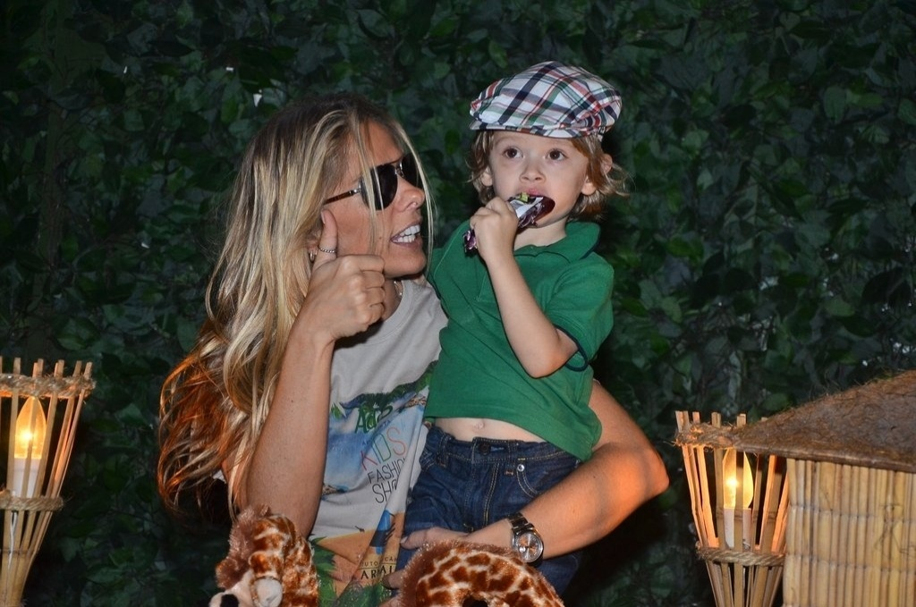 20.out.2013 - Ao lado do filho Vittorio, Adriane Galisteu posa para foto durante o Kids Fashion Show, evento de moda realizado em São Paulo