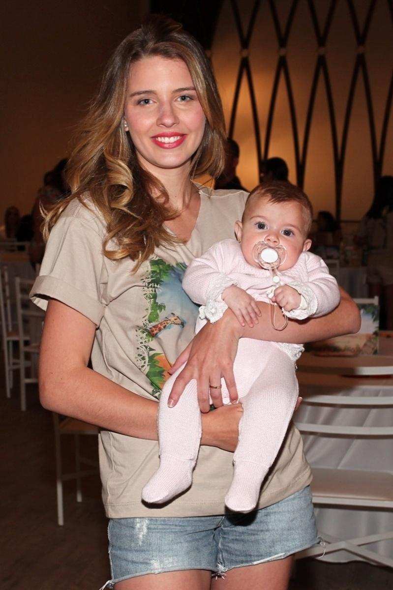 20.out.2013 - Debby Lagranha leva a filha Maria Eduarda ao Kids Fashion Show, evento de moda realizado em São Paulo. A menina é fruto da relação de Debby com o veterinário Leandro Franco