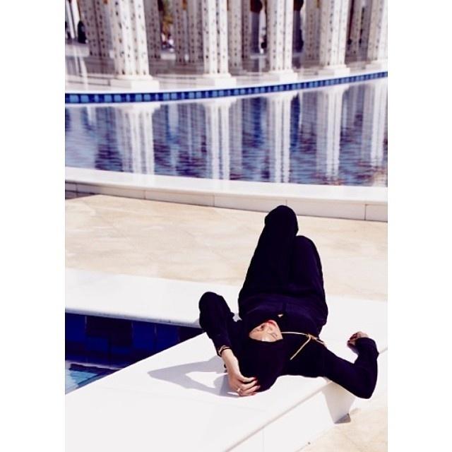 19.out.2013 - Rihanna posa em mesquita de Abu Dhabi, capital dos Emirados Árabes, usando um macacão preto de mangas longas e um lenço cobrindo seus cabelos e seu pescoço.