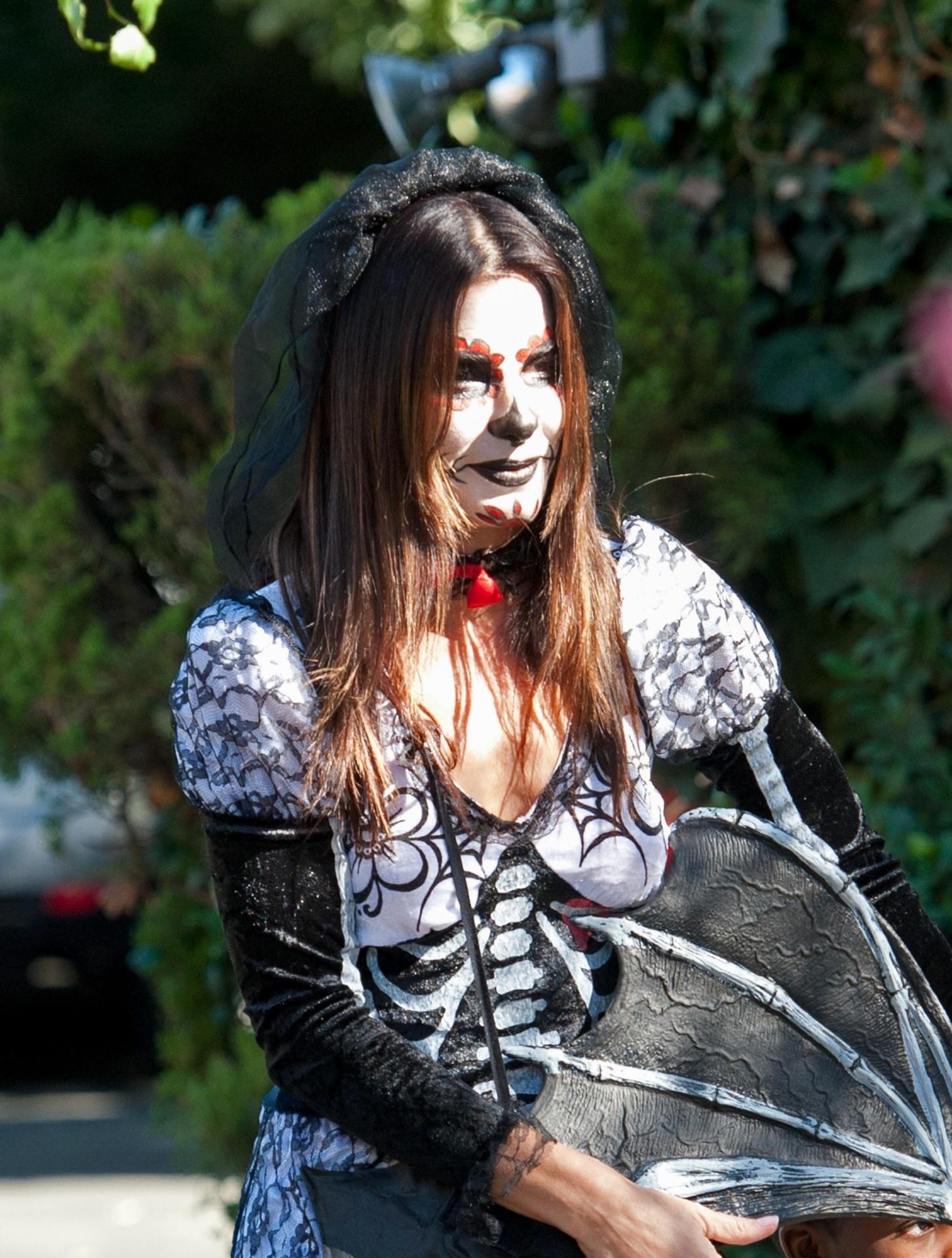 20.out.2013 - Sandra Bullock se fantasia com o filho, Louis Bardo, de três anos, para o Halloween