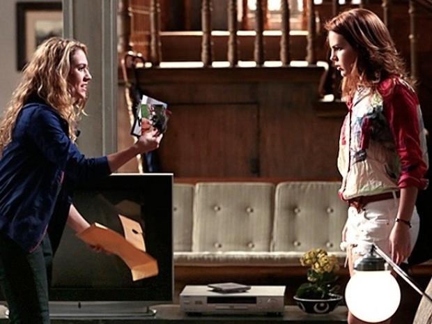 """Em """"Malhação"""", Meg acusa Anita de ter destruído suas fotos com Ben"""