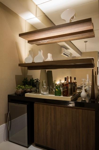 Sala Pequena Com Barzinho Moderno ~ Na proposta da arquiteta Camila Klein, o canto da sala ganhou espelho