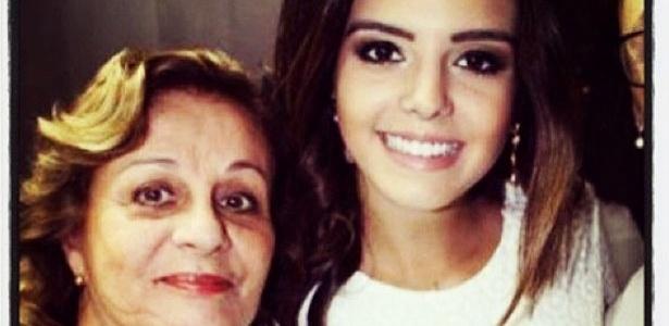 21.out.2013 - Giovanna Lancellotti mostra foto ao lado da avó