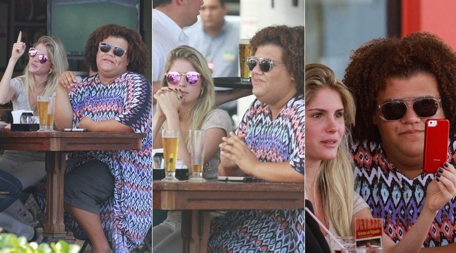 22.out.2013 - Bárbara Evans e Gominho almoçaram em um restaurante da zona oeste do Rio. A modelo e o blogueiro ficaram amigos durante participação no reality
