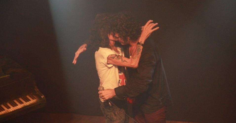 22.out.2013 - O ator Eriberto Leão com o roqueiro Serguei em apresentação do musical