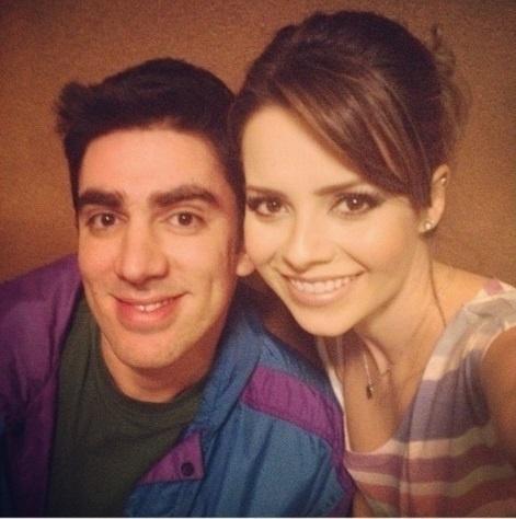 22.out.2013 - Sandy posa com Marcelo Adnet em bastidores de clipe.