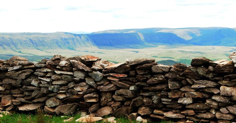 Curral de Pedras, muro construído sem argamassa na Serra da Canastra, em Minas Gerais
