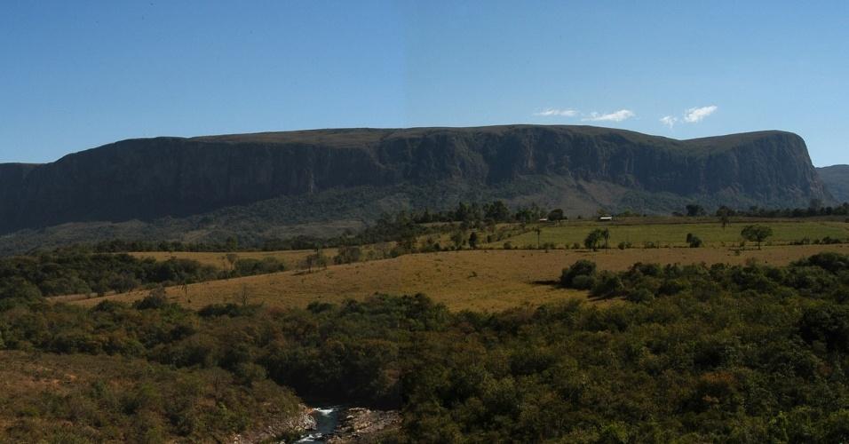 Vista do paredão de pedras da parte baixa da Serra da Canastra, em Minas Gerais
