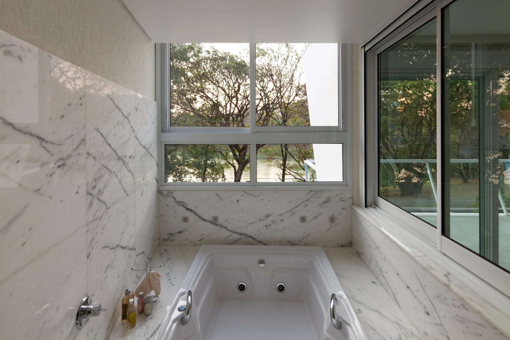 arquitetura o espaço da banheira de hidromassagem é revestido em #5B4F3C 1771 1181