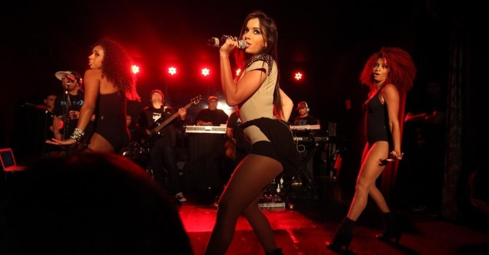 25.out.2013 - A funkeira Anitta faz show em casa noturna de São Paulo