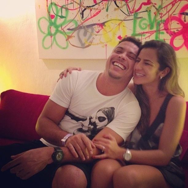 26.out.2013 - Ronaldo e Paula Morais posam apaixonados. O casal sorridente foi clicado em um momento de intimidade por uma amiga de Paula. A imagem foi compartilhado no Facebook da menina, que revelou na legenda que é muito fã do ex-craque.