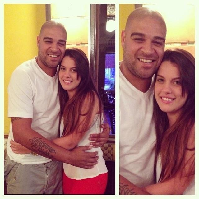 Adriano Imperador apareceu pela primeira vez em público com sua nova namorada, Bruna, no restaurante Porcão, na Barra da Tijuca, no Rio de Janeiro. Quem flagou o jogador com a moça foi o promotor David Brasil.