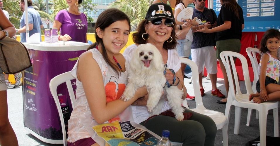 27.out.2013 - Animada, Betty Faria levou a neta, Giulia e o cachorro, Charlie para assistir a uma partida de futevôlei na tarde deste domingo (27), na Praia de Ipanema, na Zona Sul do Rio de Janeiro
