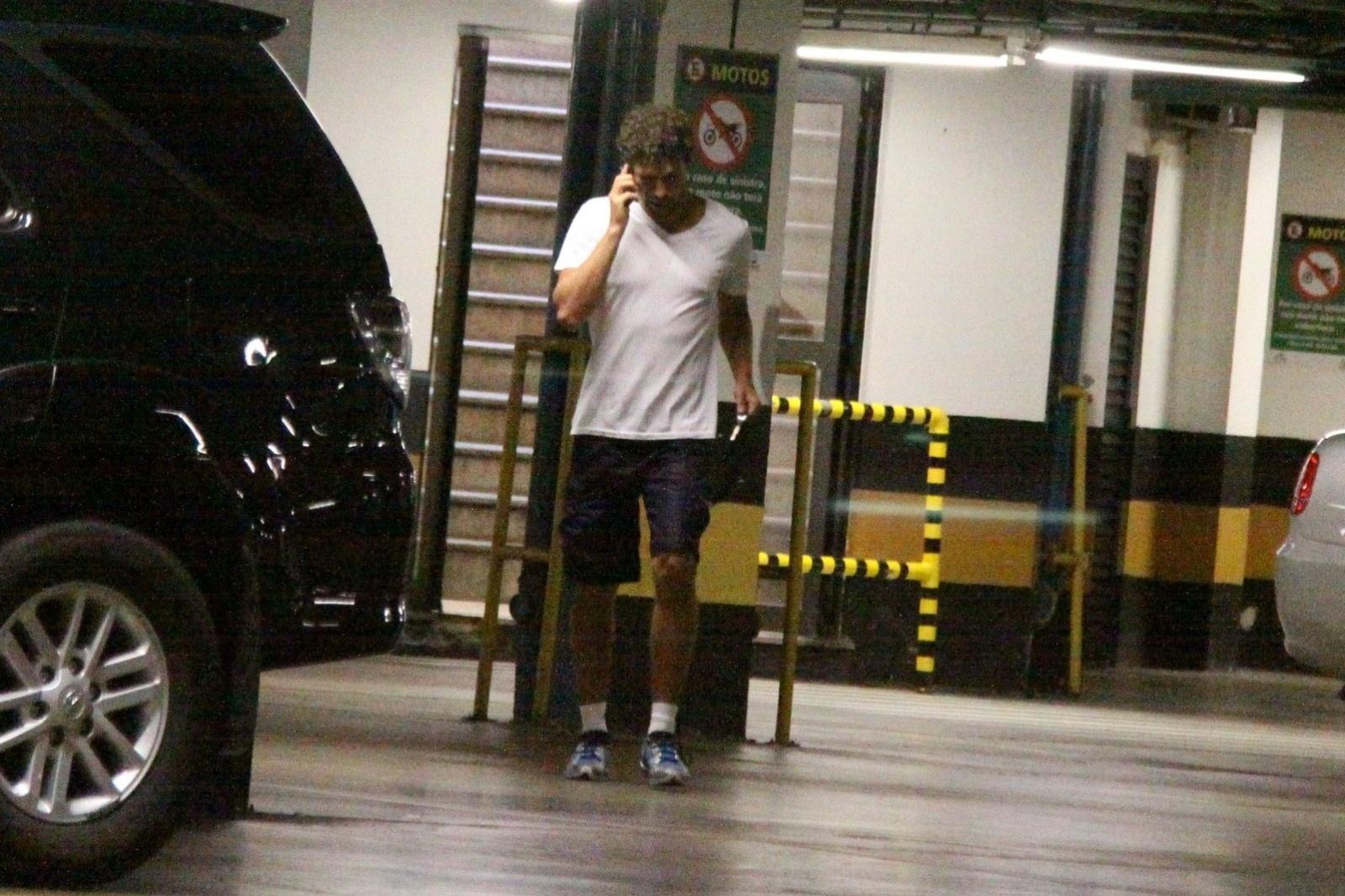 27.out.2013 - Após rumores de que o seu casamento com Grazi Massafera chegou ao fim, Cauã Reymond foi clicado saindo sozinho da academia falando no celular neste domingo (27), na Barra da Tijuca, Zona Oeste do Rio