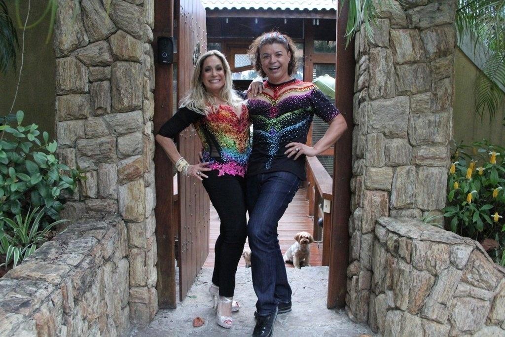 27.out.2013 - Susana Vieira e David Brasil se preparando para a 13ª edição da Parada do orgulho LGBT de Madureira, neste domingo (27), no Rio. A atriz será homenageada como diva da televisão brasileira. Com o tema