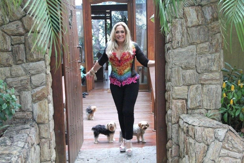 27.out.2013 - Susana Vieira é homenageada como diva da televisão brasileira na 13ª edição da Parada do orgulho LGBT de Madureira, neste domingo (27), no Rio. Com o tema