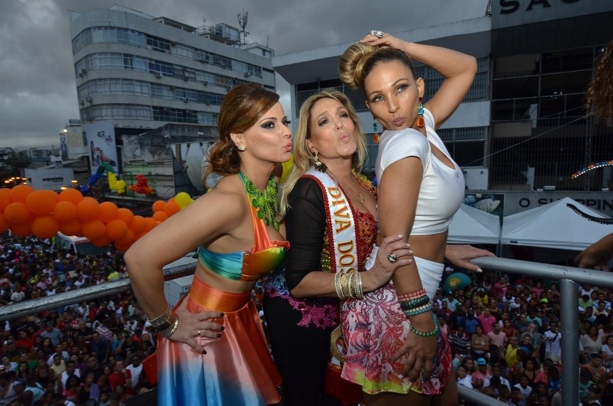 27.out.2013 - Viviane Araújo, Susana Vieira e Valesca Popozuda posando juntas na 13ª edição da Parada do orgulho LGBT de Madureira, neste domingo (27), no Rio. Com o tema