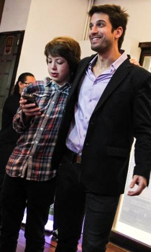 """27.out.2013 - Lucas Jagger e o tio Marco Antonio Gimenez posam juntos para foto após a encenação da peça """"Meu Ex-Imaginário"""", estrelada pelo ator, no Teatro Folha, em São Paulo"""
