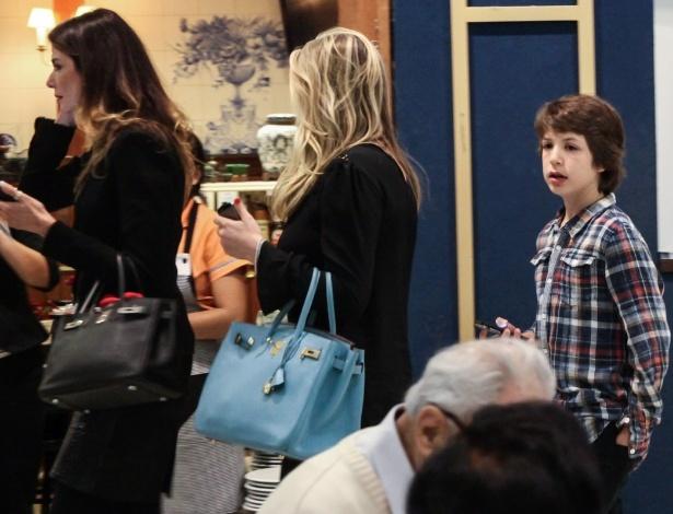 """27.out.2013 - Lucas Jagger, filho de Luciana Gimenez e Mick Jagger, aguarda o início da peça """"Meu Ex-Imaginário""""em teatro de São Paulo"""