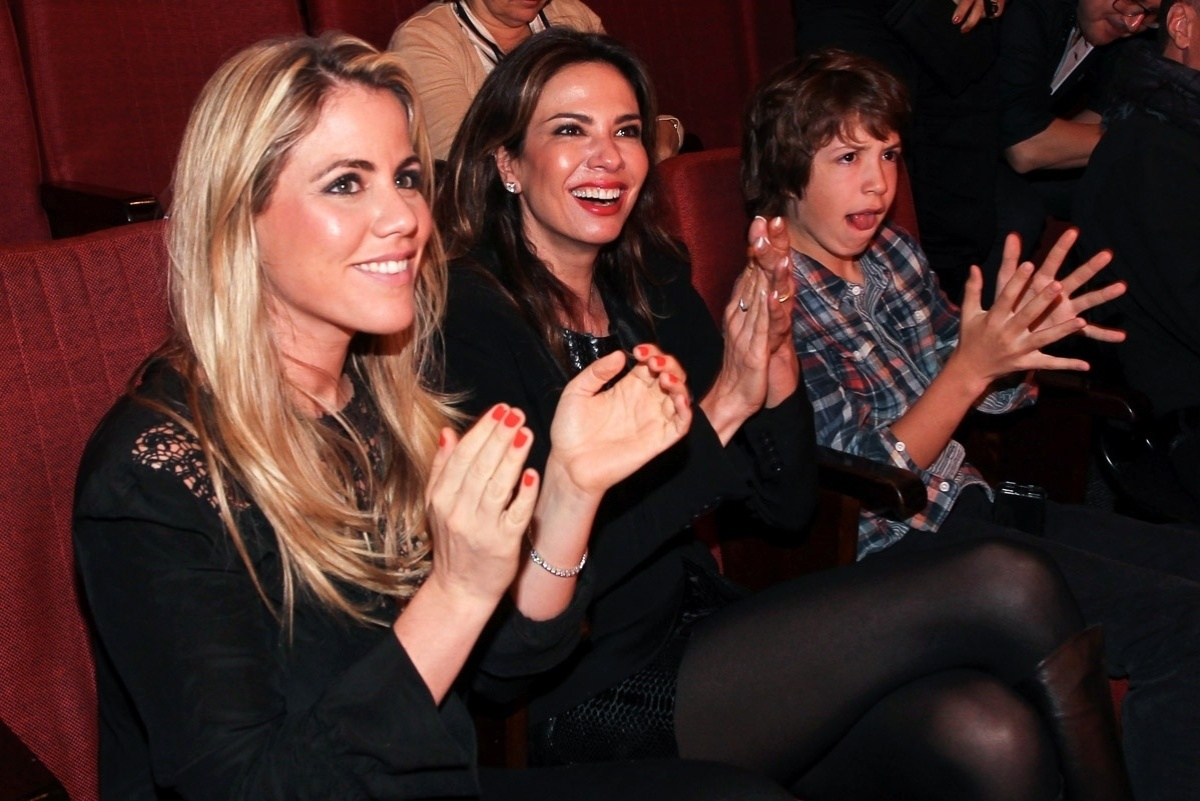 27.out.2013 - Lucas Jagger, filho de Luciana Gimenez e Mick Jagger, assiste à peça