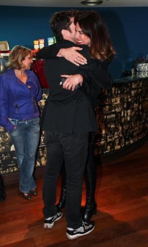 """27.out.2013 - Luciana Gimenez e o irmão Marco Antonio Gimenez se abraçam após a encenação da peça """"Meu Ex-Imaginário"""", estrelada pelo ator, no Teatro Folha, em São Paulo"""