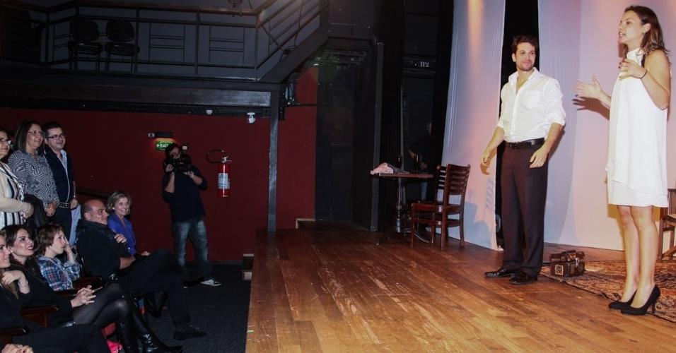 """27.out.2013 - Marina Mantega, Luciana Gimenez, Lucas Jagger e Marcelo de Carvalho assistem à peça """"Meu Ex-Imaginário"""", no Teatro Folha, em São Paulo"""