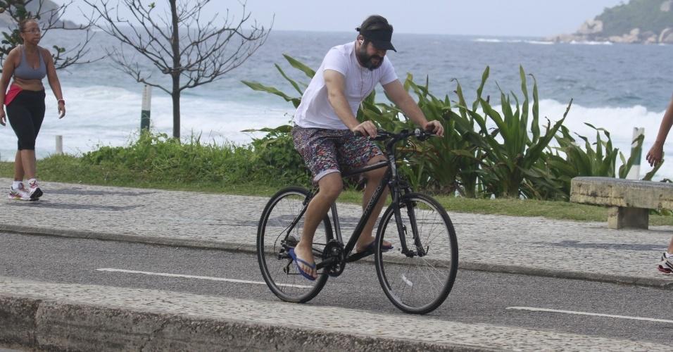 28.out.2013 - Barbudo, Murilo Benício anda de bicicleta na praia da Barra, na zona oeste do Rio