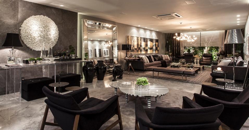 O Living criado por Flávio Moura é baseado no cinza. No piso, mármore, enquanto nas paredes há revestimentos