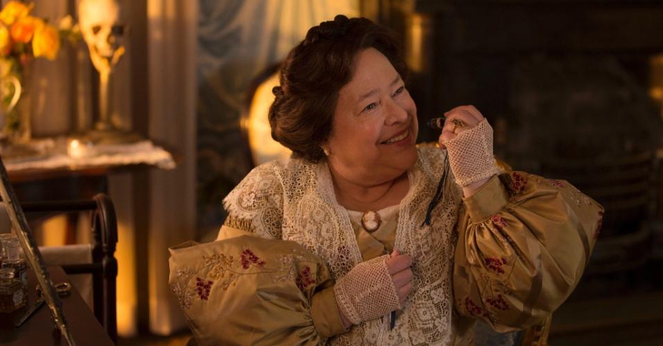 """Em """"American Horror Story - Coven"""", Madame Lalaurie é uma socialite que, em um ritual macabro, tortura o amante de Marie Laveau"""