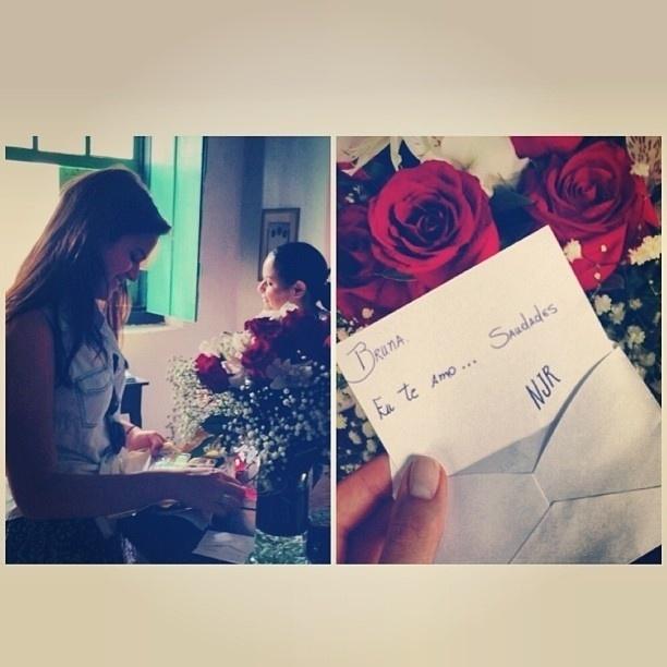 29.out.2013 - Bruna Marquezine recebeu flores do namorado, o jogador Neymar.
