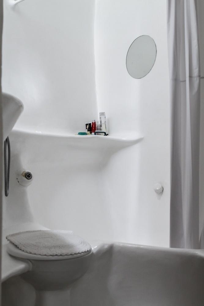 Na foto, um dos banheiros da Casa Bola. O arquiteto Eduardo Longo, responsável pela obra, optou por incorporar o vaso sanitário à estrutura da residência. Para isso, teve que estudar o funcionamento do equipamento e desenvolver uma forma adaptada e compatível ao projeto