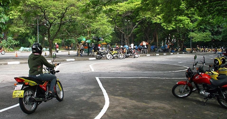 Durante as aulas, os futuros motociclistas são orientados a usar apenas o freio traseiro
