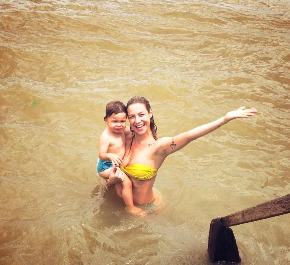 30.out.2013 - Luana Piovani tomou banho de rio com o filho Dom em Belém. O registro foi divulgado pela atriz por meio da sua página do Twitter