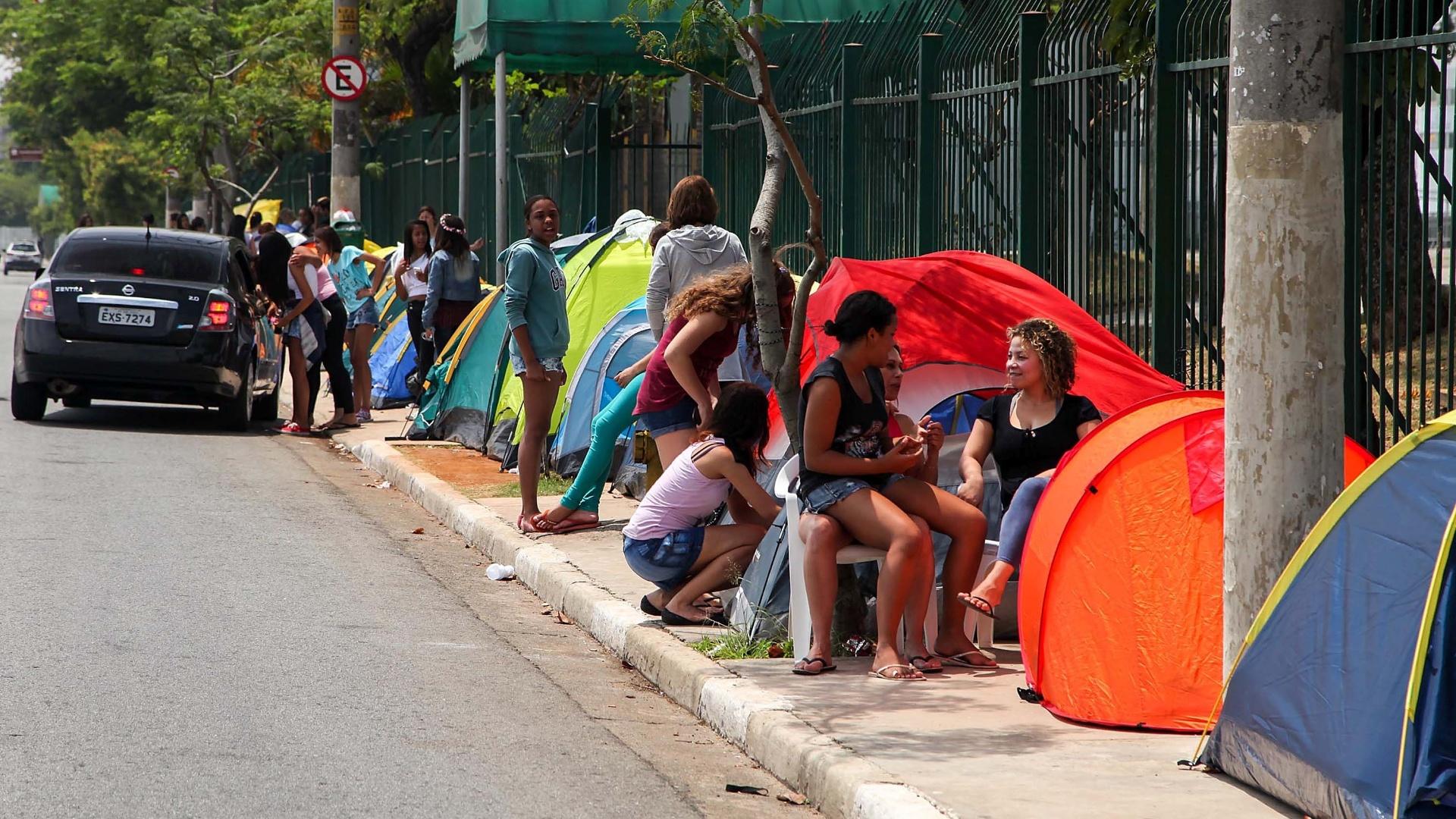 30.out.2013 - Mesmo com proibição, fãs de Justin Bieber voltam a montar barracas em frente ao Anhembi. O show acontece no dia 2 de novembro