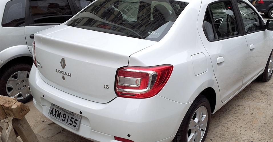Traseira da nova geração do Renault Logan em seu primeiro flagrante totalmente sem camuflagem; foto foi feita na Lapa, Rio de Janeiro (RJ), às 12h desta quarta-feira (30)