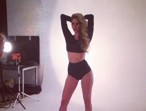 31.out.2013 - Bárbara Evans fez ensaio vestindo hot pants e recebeu elogios dos seus seguidores no Twitter.