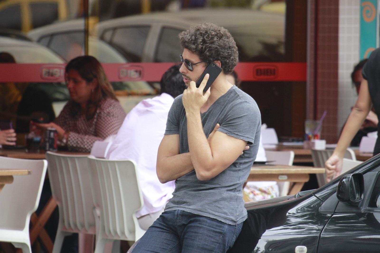 1.nov.2012 - No meio da rua, Cauã Reymond fala ao telefone na Barra, zona oeste do Rio. O ator é alvo de recentes boatos que apontam que ele teria traído Grazi com a atriz Isis Valverde, o que teria provocado o fim do casamento