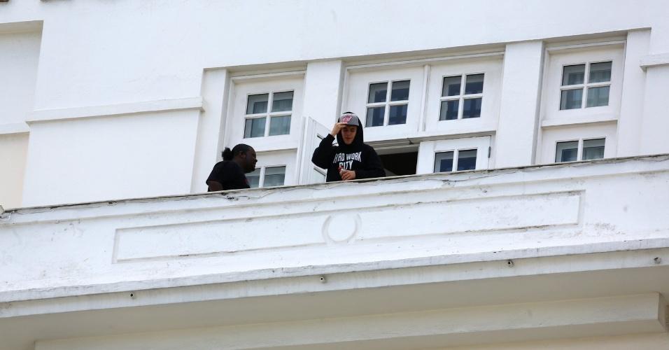 1.nov.2013 - Justin Bieber aparece na sacada do hotel Copacabana Palace, no Rio de Janeiro. Neste sábado (2), o cantor se apresenta na Arena Anhembi, em São Paulo; no domingo, é a vez do show na Praça da Apoteose, no Rio de Janeiro