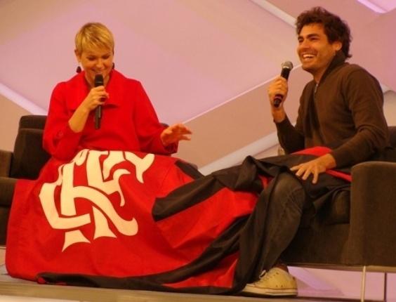 Flamenguista, Xuxa presenteia Thiago Lacerda com um bandeirão do time rubro negro