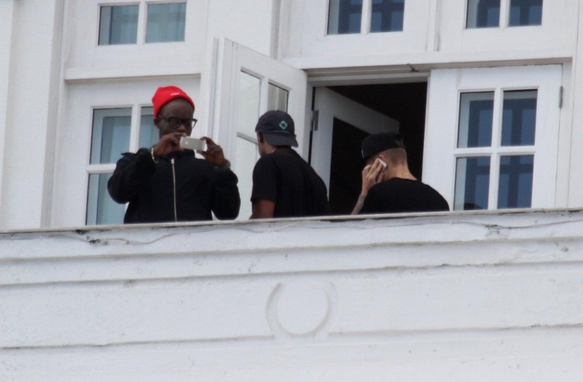 1..nov.2013 - Justin Bieber volta para o quarto e continua falando no celular