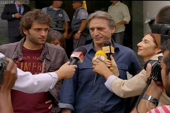 Plínio é questionado pela imprensa na saída da delegacia