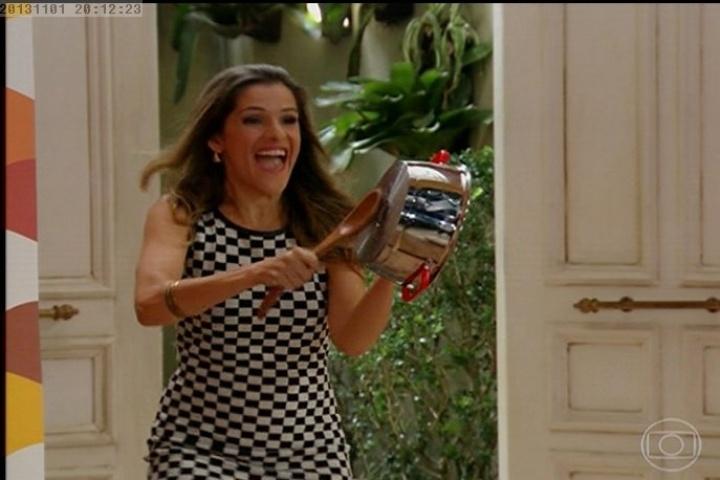 Tina chega batendo panelas em reality show e diz que parou de tomar os remédios