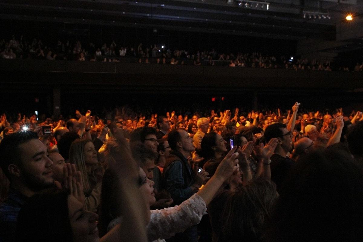 02.nov.2013 - Público aplaude a cantora Maria Bethânia durante show de encerramento da turnê