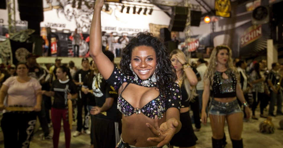 1.nov.2013 -  Ensaio na quadra da Gaviões da Fiel para o Carnaval 2014, com a madrinha de bateria Sabrina Sato e a rainha Tatiane Minerato