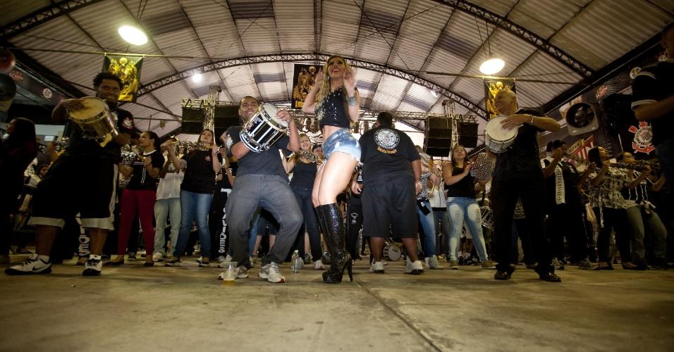 1.nov.2013 -  Bateria ensaia na quadra da Gaviões da Fiel para o Carnaval 2014, com a madrinha de bateria Sabrina Sato e a rainha Tatiane Minerato